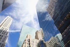 Wolkenkrabbers met wolkenbezinning Royalty-vrije Stock Afbeeldingen