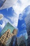 Wolkenkrabbers met wolkenbezinning Stock Afbeelding