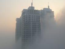 Wolkenkrabbers in mist Stock Afbeeldingen