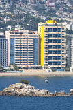 Wolkenkrabbers op Acapulco-waterkant Stock Fotografie