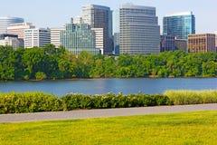 Wolkenkrabbers op de Potomac Rivierwaterkant Stock Afbeeldingen