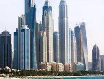 Wolkenkrabbers op het strand in Doubai stock fotografie