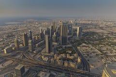 Wolkenkrabbers Sheikh Zayed Road en Financiële Centrumweg in Doubai, de V.A.E Royalty-vrije Stock Afbeelding
