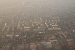 Wolkenkrabbers in Szolnok van het vliegtuig worden gezien dat alvorens te landen Stock Fotografie