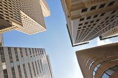 Wolkenkrabbers tegen een blauwe hemel op een kruispunt Royalty-vrije Stock Foto's