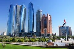 Wolkenkrabbers van Abu Dhabi Royalty-vrije Stock Afbeeldingen
