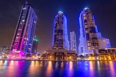 Wolkenkrabbers van de Jachthaven van Doubai bij nacht, de V.A.E Stock Afbeelding