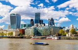 Wolkenkrabbers van de Stad van Londen over de Theems royalty-vrije stock afbeelding