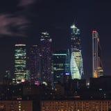 Wolkenkrabbers van de Stads commercieel van Moskou centrum bij nacht, Rusland Architectuur en oriëntatiepunt van Moskou hoog punt royalty-vrije stock fotografie