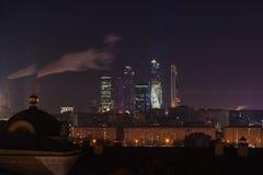 Wolkenkrabbers van de Stads commercieel van Moskou centrum bij nacht, Rusland Architectuur en oriëntatiepunt van Moskou hoog punt stock fotografie