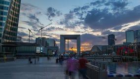 Wolkenkrabbers van La-Defensie timelapse hyperlapse bij zonsondergang - Moderne zaken en woonwijk in de dichtbijgelegen voorstede stock video