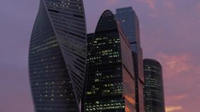 Wolkenkrabbers van Nieuwe Internationale Commerciële Centrumstad bij schemering in Moskou stock footage