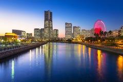 Wolkenkrabbers van Yokohama-stad bij schemer Stock Afbeelding