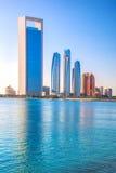 Wolkenkratzer am Abend, Abu Dhabi, Vereinigte Arabische Emirate Lizenzfreies Stockfoto
