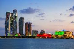 Wolkenkratzer in Abu Dhabi an der Dämmerung Lizenzfreies Stockfoto