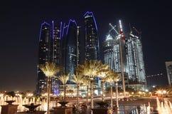 Wolkenkratzer in Abu Dhabi nachts Stockfotos