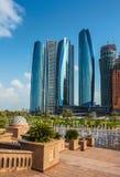 Wolkenkratzer in Abu Dhabi, UAE Stockbilder