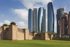Wolkenkratzer in Abu Dhabi, UAE Lizenzfreie Stockbilder