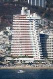 Wolkenkratzer in Acapulco-Bucht Lizenzfreie Stockbilder