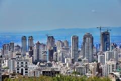 Wolkenkratzer auf Abhang und Bergen im Abstand, Teheran, der Iran Stockfotografie