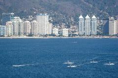 Wolkenkratzer auf Acapulco-Seeseite Lizenzfreies Stockfoto