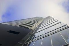 Wolkenkratzer auf bewölktem Himmel Stockfoto