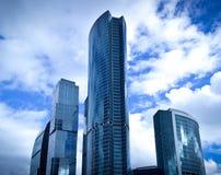 Wolkenkratzer auf blauer Himmel-Hintergrund Lizenzfreie Stockfotos