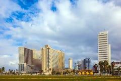 Wolkenkratzer auf dem Damm von Tel Aviv Stockbild