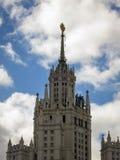 Wolkenkratzer auf Kotelnicheskaya stockbilder