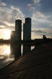 Wolkenkratzer auf Sonnenuntergang stockbild
