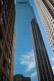 Wolkenkratzer auf Wolkenkratzer Stockfotos