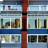 Wolkenkratzer dachten über Fenster in Vancouver nach Stockbilder