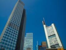 Wolkenkratzer in der Mitte des Finanzbezirkes von Frankfurt Lizenzfreie Stockfotografie