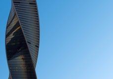 Wolkenkratzer in der Mitte von Moskau-Stadt auf einem Hintergrund des blauen Himmels Stockfotografie