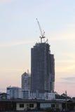 Wolkenkratzer in der modernen Gesellschaft und verfallen vom alten Haus lizenzfreies stockbild