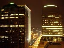 Wolkenkratzer in der Nacht Stockbilder