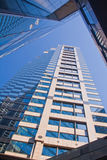 Wolkenkratzer, der oben schaut Lizenzfreie Stockbilder
