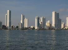 Wolkenkratzer an der Wasserfrontlinie stockbild