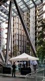 Wolkenkratzer, die über London-Straßen hochragen stockfoto