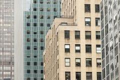 Wolkenkratzer, die abstrakte geometrische Formen in New York bilden Stockbild