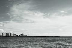 Wolkenkratzer durch den Ozean Lizenzfreie Stockfotografie