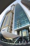 Wolkenkratzer an einer U-Bahnstation, Dubai, UAE Lizenzfreies Stockfoto