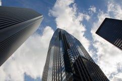 Wolkenkratzer entlang Stadtstraße Lizenzfreie Stockfotografie