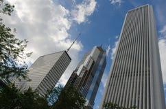 Wolkenkratzer entlang Stadtstraße Stockbild