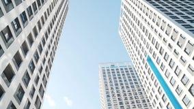Wolkenkratzer gegen den blauen Himmel Feld Ansicht von unterhalb stock video footage