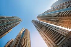Wolkenkratzer gegen Himmel; Gebäudeglashintergrund Lizenzfreies Stockbild