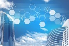 Wolkenkratzer, Himmel und Hexagone mit Leuteikonen Lizenzfreie Stockbilder