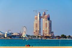 Wolkenkratzer im Bau am Jachthafen von Abu Dhabi Lizenzfreies Stockfoto