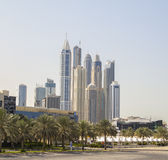 Wolkenkratzer im Dubai-Jachthafen Stockfotos