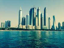Wolkenkratzer im Dubai-Jachthafen Lizenzfreie Stockbilder
